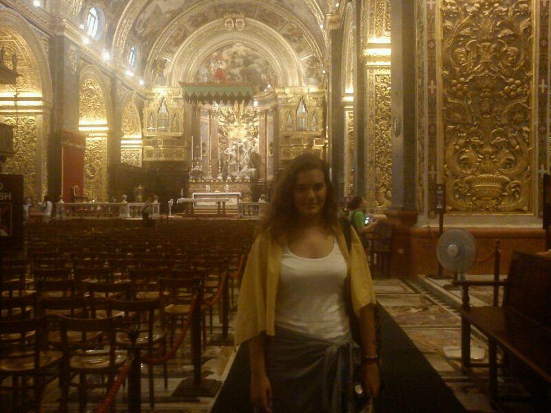 """Yesica Cepeda, la ganadora de la Beca de idiomas Europaplus"""", en la cocatedral de San Juan, en Malta."""