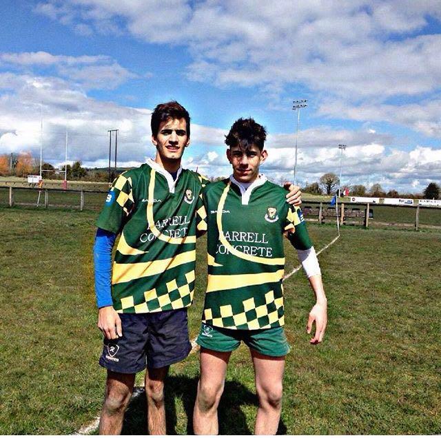 Manuel, con un compañero, preprarado para el rugby