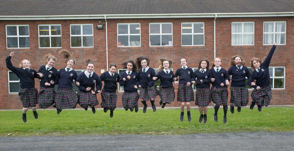 Alumnas saltando Presentation Kilkenny Irlanda Europa Plus